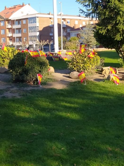 La Virgen del Camino amanece con banderas de España