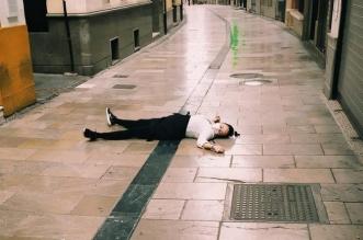 Camarera muerta en la calle por el coronavirus