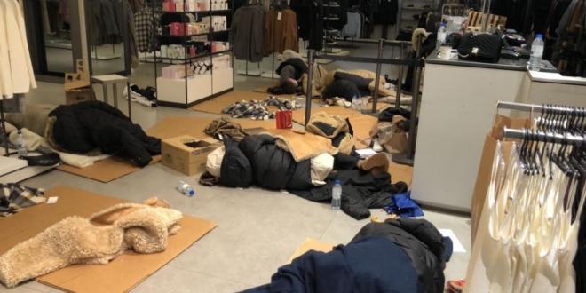 Filomena obliga trabajadores Zara dormir entre cartones
