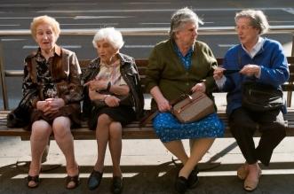 mujeres-disfrazaron abuelas vacunarse (2)
