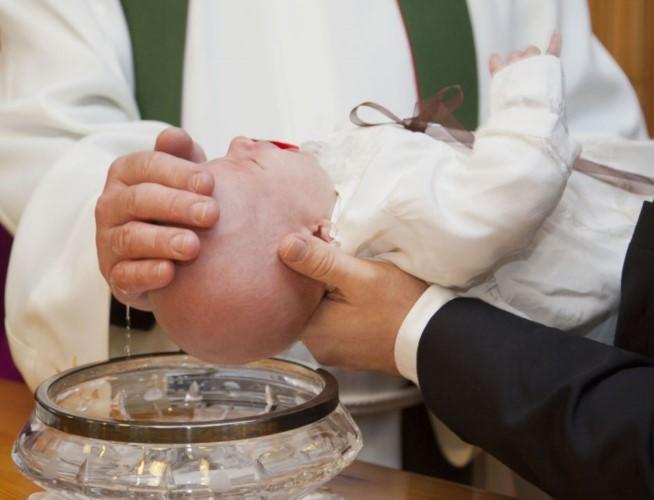 cura león-niega bautizar niño