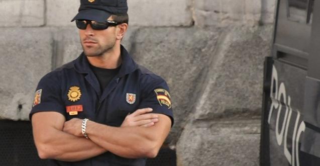mujer-agrede-policia-leon