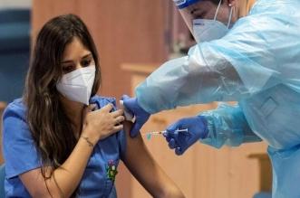 profesional sanitaria recibe vacuna