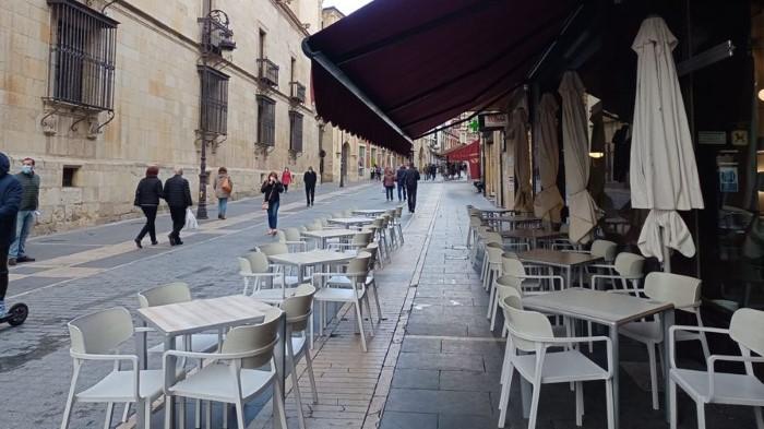terrazas bares vacíos-león