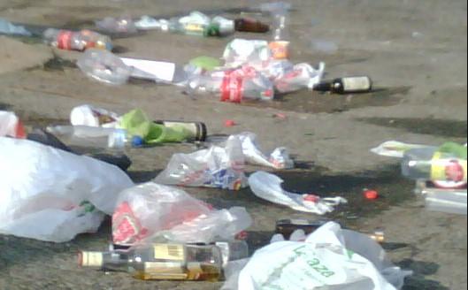 jovenes leon basura