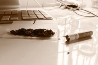pillado menor fumando marihuana