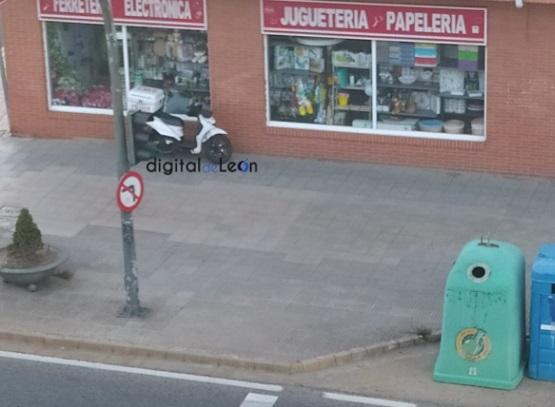 Motorista arrollado por un Opel Corsa en León