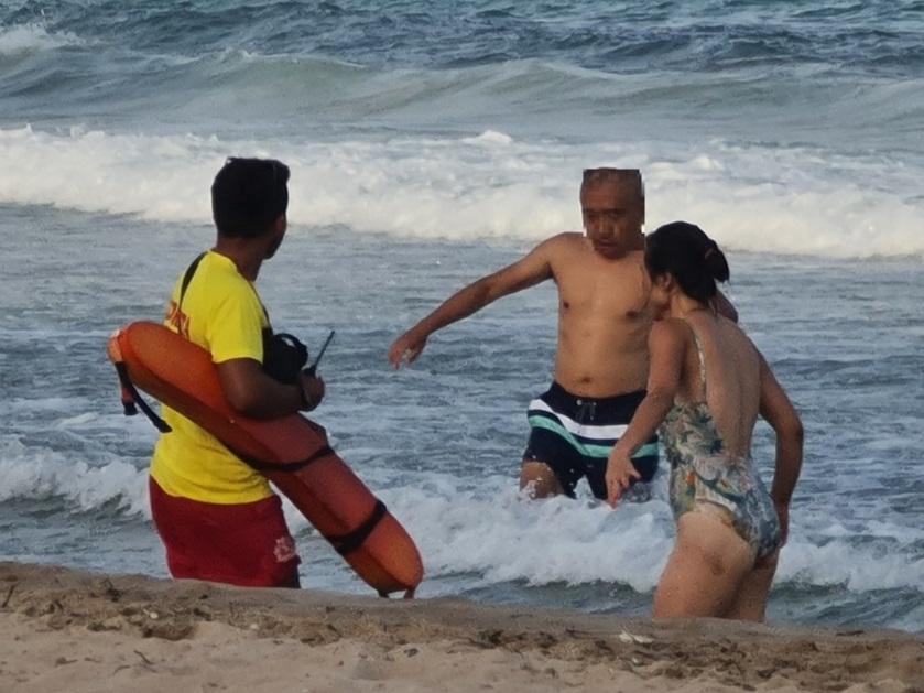 socorrista sexy de la playa de la cala de Benidorm